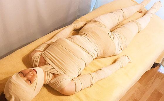 ミイラ痩身を施術中の女性